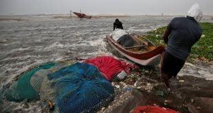 Beratus ratus orang dipindahkan di bandar Chennai di India ketika taufan