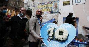 God is dead Surat khabar memberi penghormatan kepada Maradona