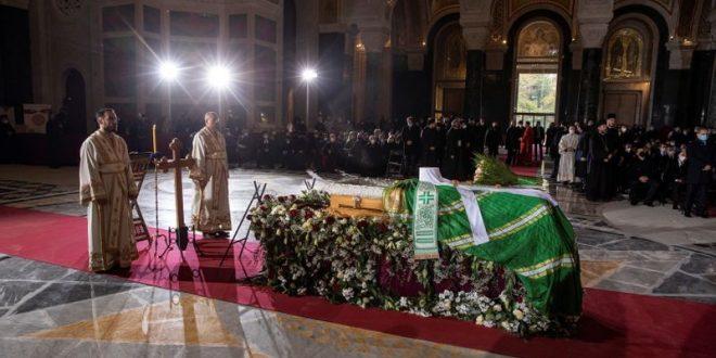 Ratusan berkumpul untuk menguburkan Patriark Serbia walaupun terdapat coronavirus