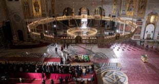 Ribuan orang meratapi Patriark Serbia walaupun COVID 19 melonjak